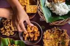 5 Kebiasaan unik saat makan cuma ada di Indonesia, bikin bule heran