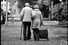 Cinta tak mengenal umur, pasangan pengantin ini menikah di usia tua