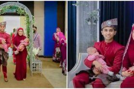 Viral foto pengantin gendong dua bayi di pelaminan, begini kisahnya