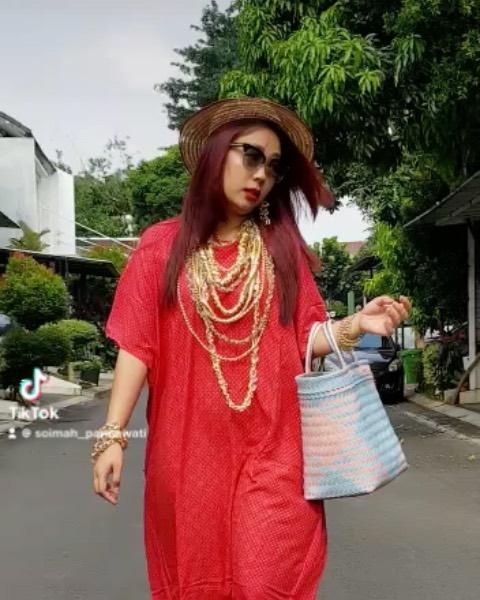 Penampilan Soimah saat jalan-jalan di komplek rumah Instagram