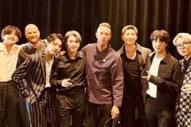 Kolaborasi bareng, Jin BTS dapat gitar kesayangan Chris Martin