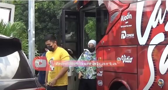 Momen Nadya dampingi Kaesang jajal bus Persis Solo © YouTube