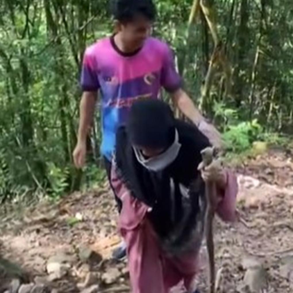 Cerita nenek 74 tahun mendaki gunung, tampil santai pakai sandal