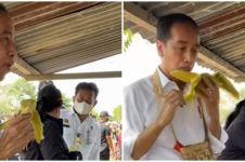 Momen Presiden Jokowi jajan jagung rebus di pinggir jalan