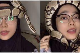 5 Potret hijaber jadikan ular sebagai turban, aksinya bikin merinding