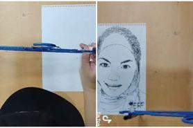 Seniman lukis 2 sosok legenda Malaysia pakai hanger, hasilnya memukau