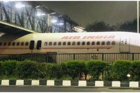 Viral pesawat Airbus India tersangkut di jembatan penyeberangan