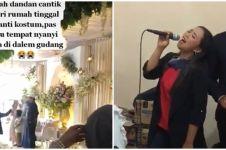 Bukannya di depan undangan, penyanyi nikahan diminta pentas di gudang