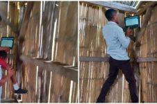 Potret guru NTT memanggul murid agar dapat sinyal internet bikin haru