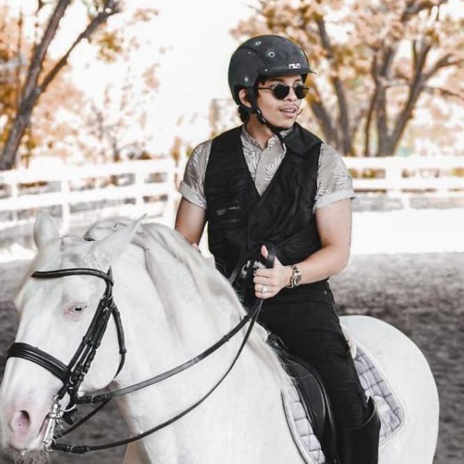 Gaya outfit 9 seleb pria saat berkuda, Rizky Billar pamer dada bidang