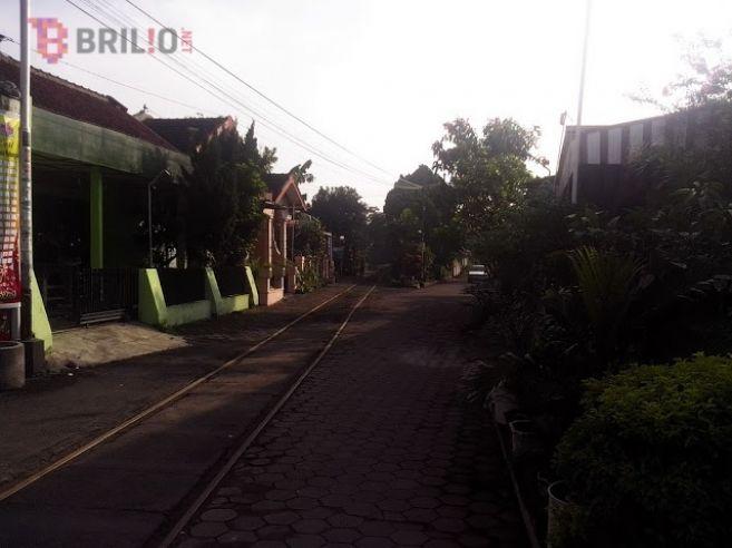 Ini jalur kereta api paling ekstrem di Indonesia, belah perumahan!