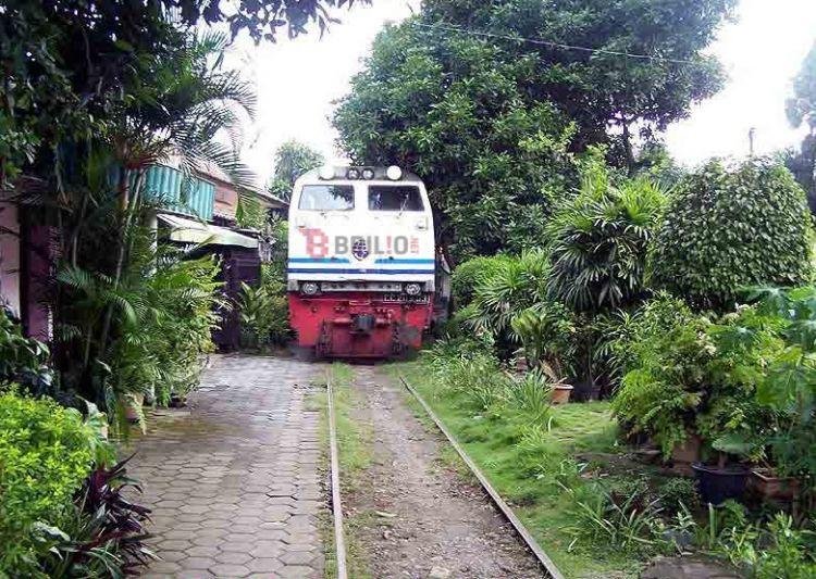ini jalur kereta api paling ekstrem di indonesia belah