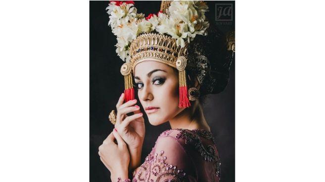 11 Potret Nora Alexandra tunangan Jerinx SID pakai kebaya Bali