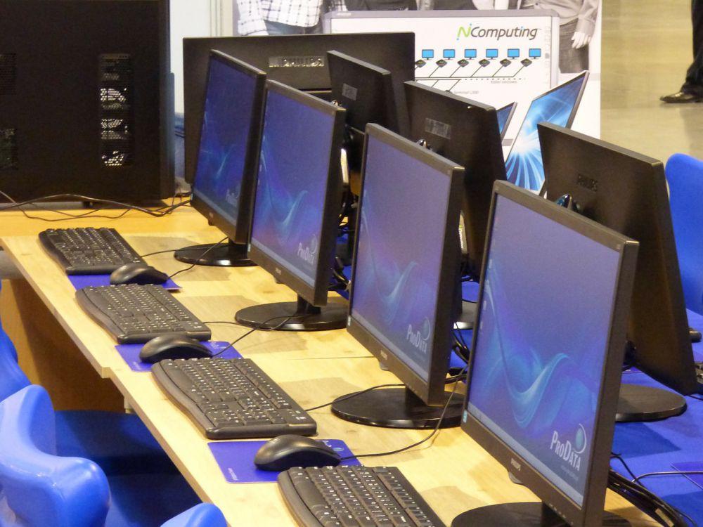 Komputer umum https://pixabay.com/en/computers-monitors-it-computer-332238/
