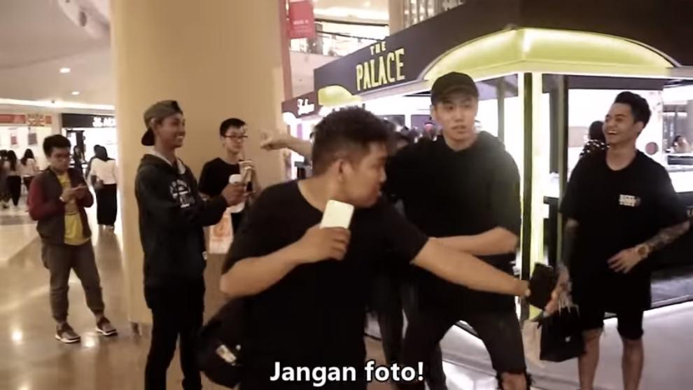 Di Video Ini, Coconut Ivory Boys Larang Fans Foto Bareng Reza Oktovian