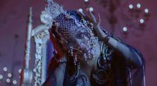 Nicki Minaj Pakai Topeng Emas Rancangan Desainer Indonesia!