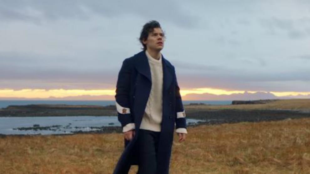 "Harry Styles ""Terbang"" di Video Klip Terbarunya!"