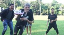 "Video Challenge: Basah-basahan Seru dalam ""Dizzy Waiter Challenge"""