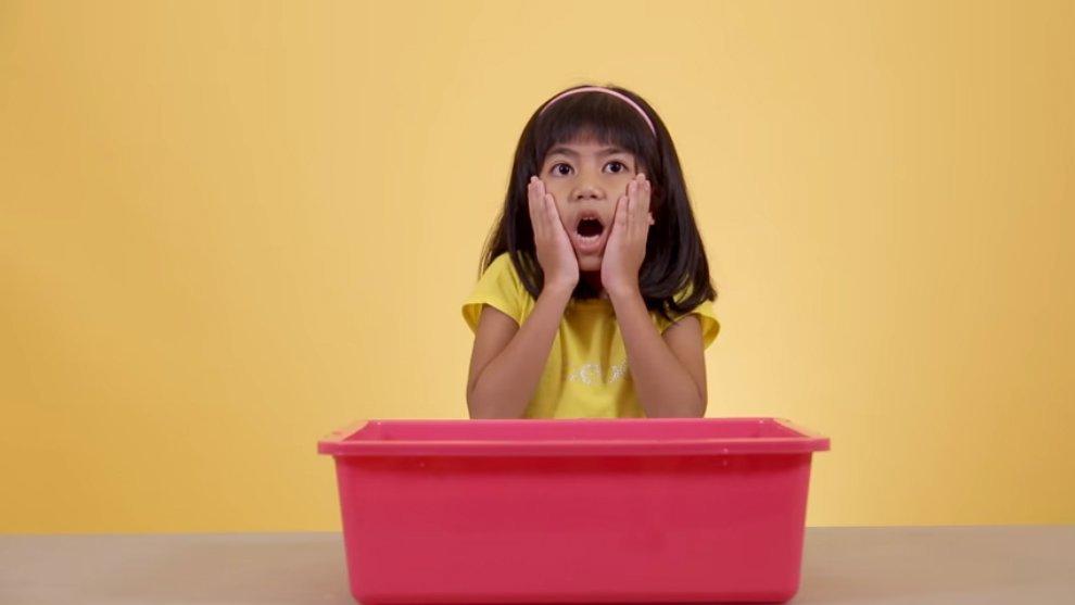 Ekspresi Lucu Anak-Anak Millenials Mencoba Mainan Khas 90an