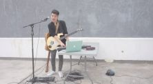 """Raguel Lewi Mainkan 3 Alat Musik dalam Cover Lagu """"Akad"""" Payung Teduh"""