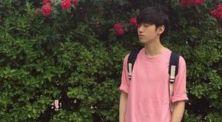 Intip Inspirasi OOTD Cowok Dengan Warna Pink yang Bikin Gagal Fokus