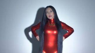 Rilis SIngle Terbaru 'Mutha Futha' Denada Dinyinyirin Netizen!