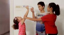 Tren Challenge Terbaru Straight Arm Challenge, Minum Air Dengan Tangan Lurus