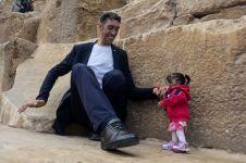 Momen langka, pria tertinggi & wanita terpendek dunia traveling bareng