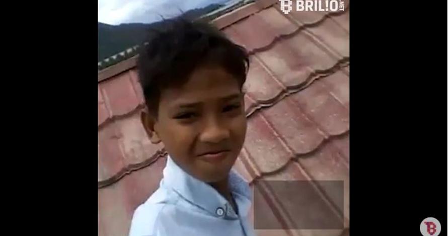Cuma berdiri di atap rusunawa, bocah ini bahagianya ngalahin traveling