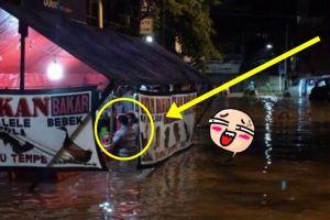 Dua orang ini lakukan hal tak terduga saat banjir melanda Jakarta