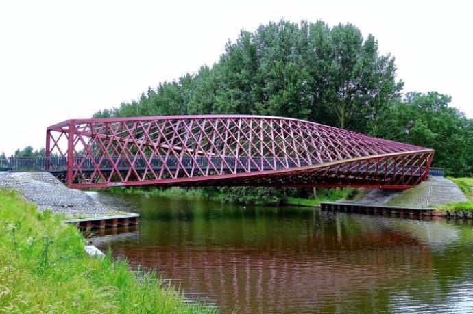 Turis Ini Syok Jembatannya Retak! 7 Jembatan Terekstrim di Dunia the shiny peanut © the shiny peanut