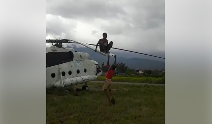 Bocah Papua ayunan di baling-baling heli mirip film Black Hawk Down