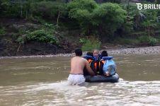 Demi bersekolah, anak SD seberangi sungai sedalam 5 meter pakai ban