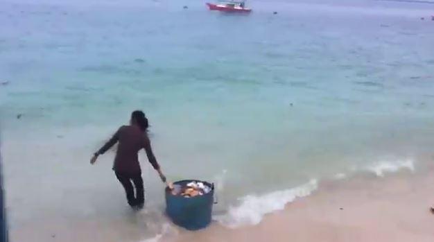Miris, dua wanita ini buang sampah sekeranjang ke laut