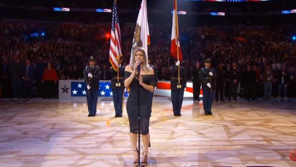 Fergie Tuai Kritik Setelah Nyanyikan Lagu Kebangsaan Amerika Serikat Berlebihan!
