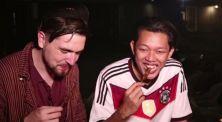 Begini Reaksi Bule Makan Sate Ceker Ayam di Angkringan!