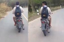 Kelakuan remaja naiki motor aneh ini bikin gagal paham