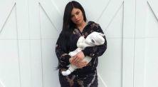 Genap Berusia 1 Bulan, Kylie Jenner Unggah Foto Dengan Sang Bayi