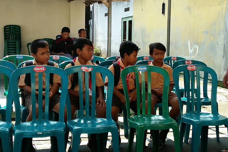 Aksi anak-anak SD melayat gurunya bikin terenyuh