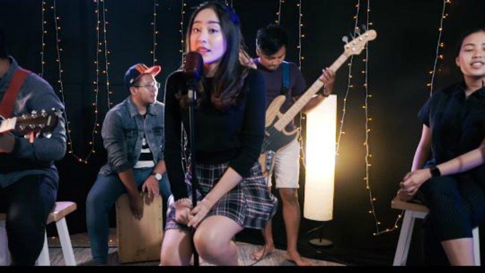 Cover Lagu 'Ku Menunggu' Dari Salshabilla Adriani, Sweet Banget!
