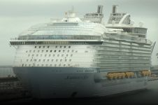 Diwarnai aksi protes, kapal pesiar terbesar di dunia mulai berlayar
