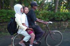 Perjuangan orangtua ngontel belasan KM demi antar jemput anak sekolah