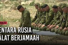 Tentara Rusia salat berjamaah di kota yang diduduki pemberontak Suriah