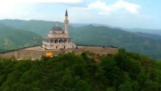 5 Tempat Ibadah Paling Menakjubkan Seperti Berada di Atas Awan!