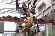 Menungungi 'bonbin robot', naik burung mesin raksasa