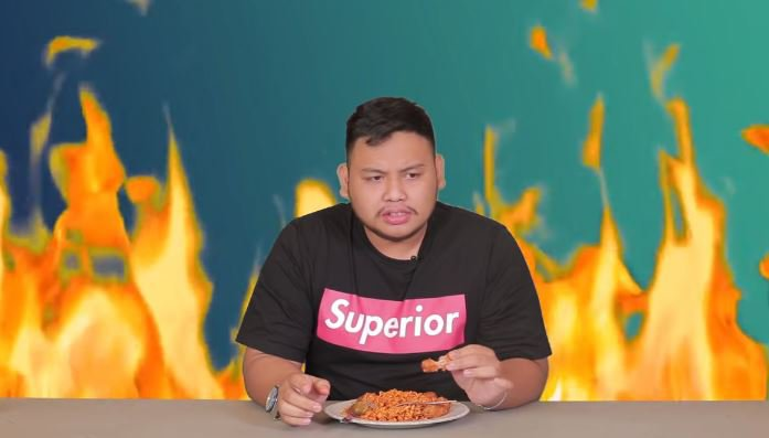 Zhar Borneo Diinterview sambil makan Samyang Richeese level 5 © 2018 famous.id