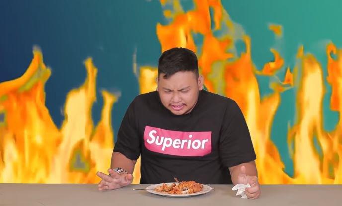 Zhar Borneo Diinterview sambil makan Samyang Richeese level 5 © 2018 famous.id