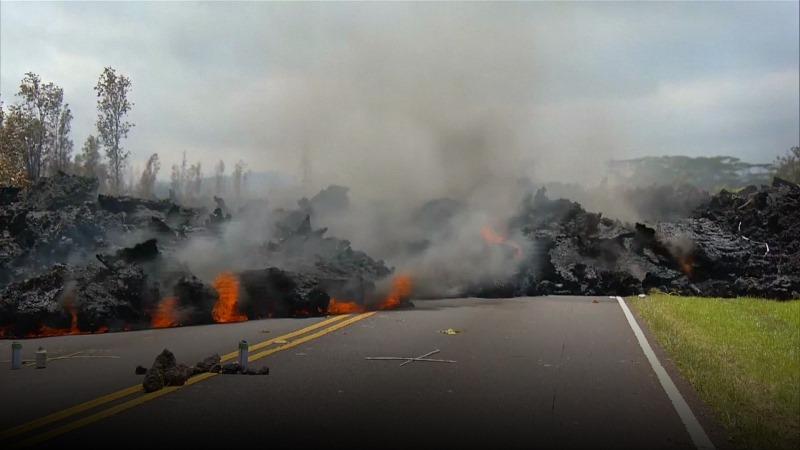 Lava gunung berapi keluar dari tanah di jalanan kota, ngeri banget