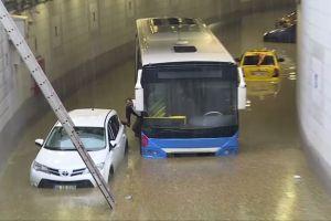Hujan es dan banjir lumpuhkan ibu kota, mobil-mobil terseret arus