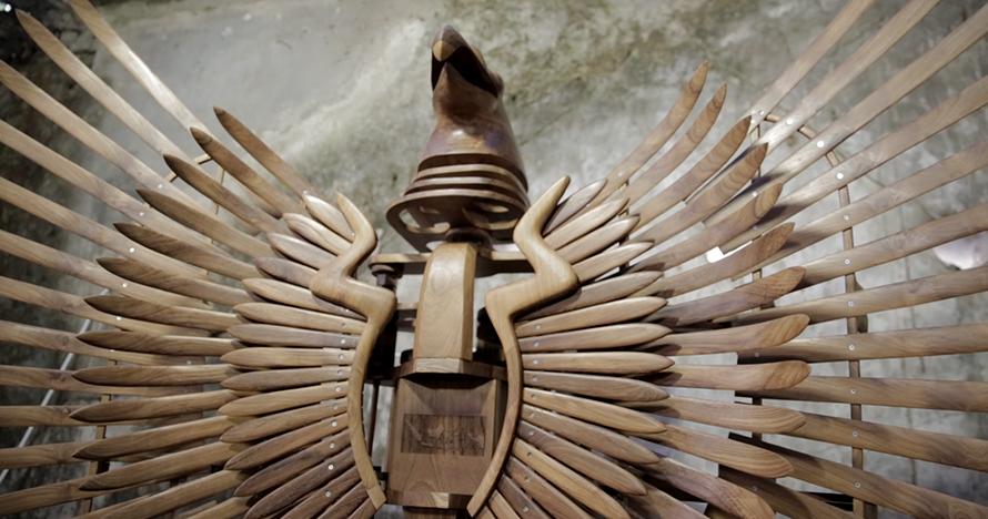 Karya seni kepak sayap garuda berbahan kayu ini keren banget